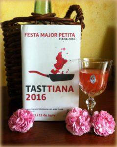 El brindis d'un licor de rosa damascena, macerat des del 2013