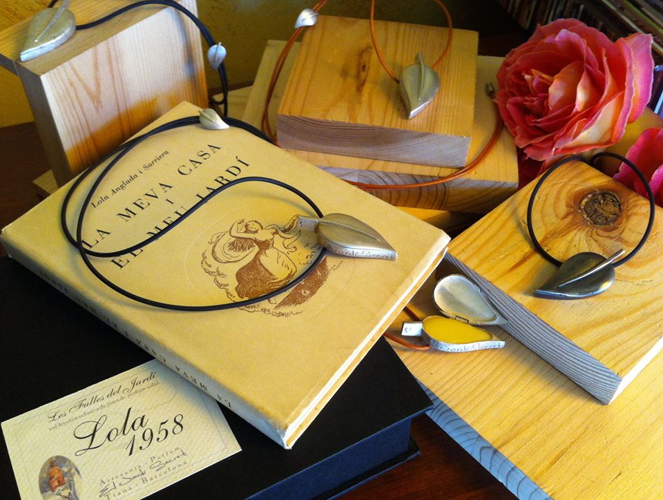 Aquesta imatge té l'atribut alt buit; el seu nom és Lola-1958-solid-perfume-in-a-silver-pendant.jpg